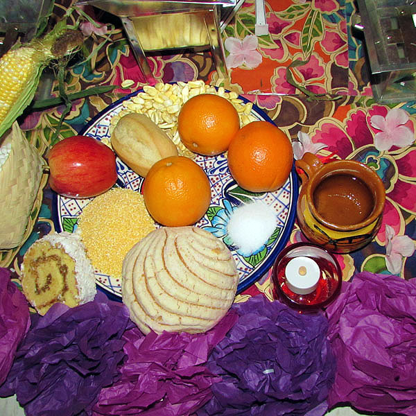 Earth: Is represented with food. The altar displays the favorite recipes of the dead so they can taste their essence. It also includes the Bread of the Dead; to the nahuas this symbolizes the presence of Mother Earth.