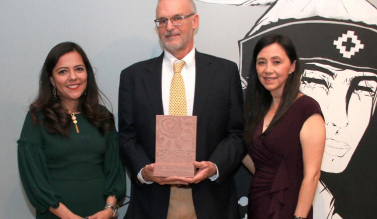 Claudia Moran, Executive Director of Museo de las Americas and Museo board bember Elizabeth Munoz present David Butler with the 2019 Legacy Award. Photo by  Vicente Campos.