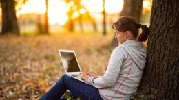 131930000-freelancer-working-remotely-on-laptop-in-an-autumn-park